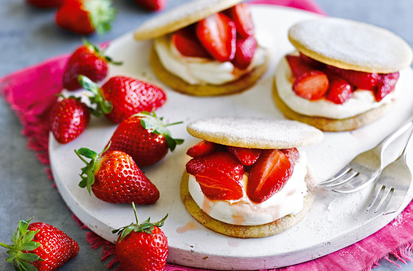 strawberry-cream-shortbread-LH-8ef6109a-63f3-460d-a1e7-78f7d1cf4715-0-1400x919.jpg