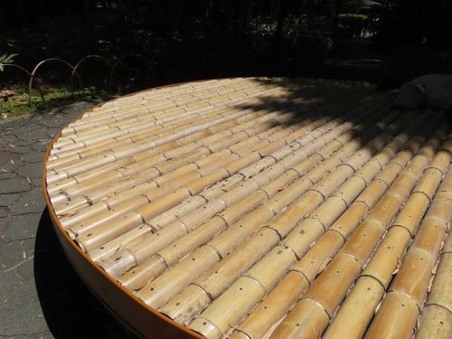 竹林の小径の竹ベンチ