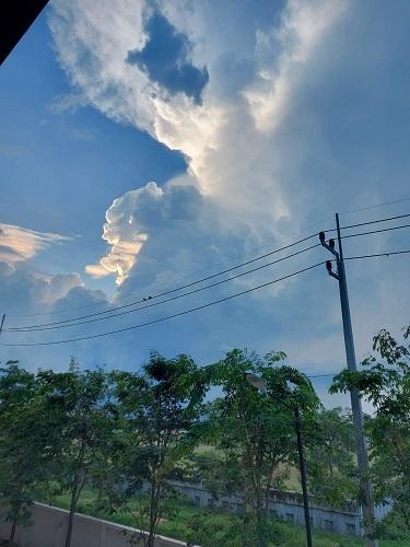 不審な雲1 (1)