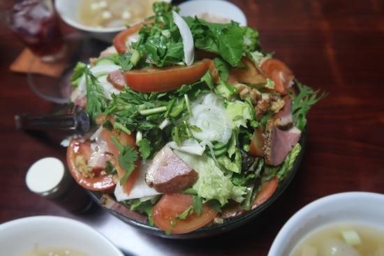 合鴨燻製と春菊ルッコラ胡桃入りサラダ