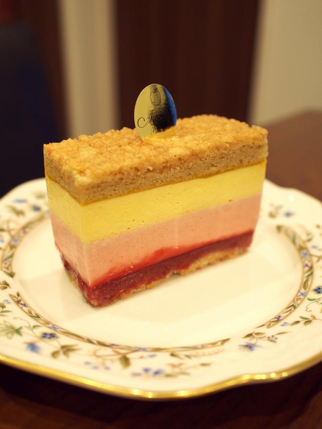 パティスリーアヴァロンのマンゴーとフランボワーズのお菓子