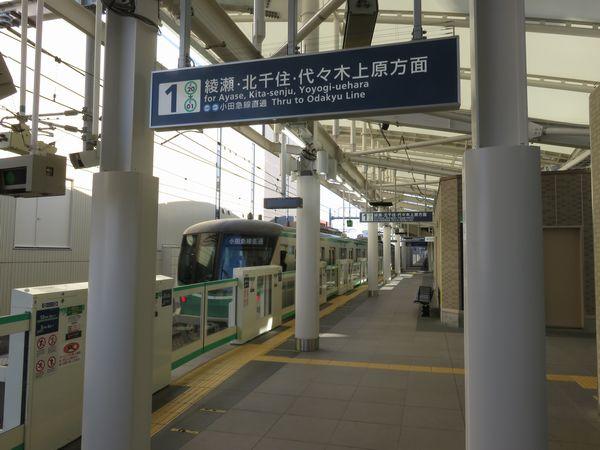 北綾瀬駅を発車する16000系向ヶ丘遊園行き
