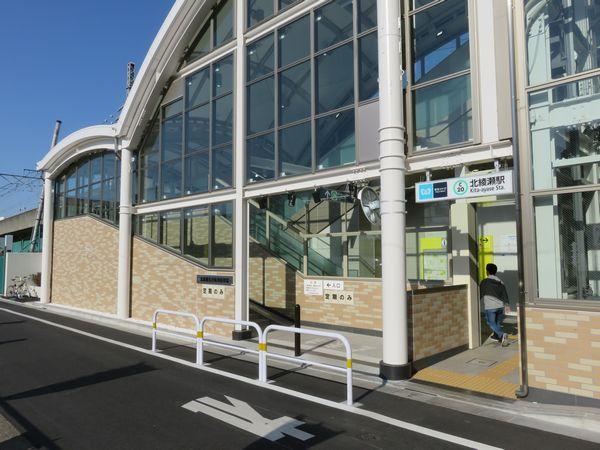 区道側は駐輪場出入口を兼用している。