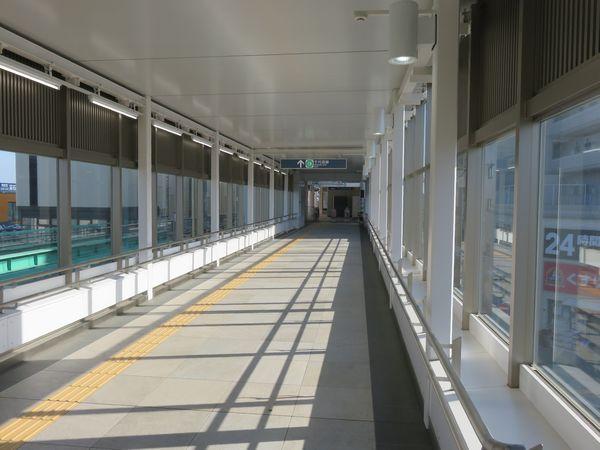 横断連絡橋の内部。平面的なデザインの内装となっている。
