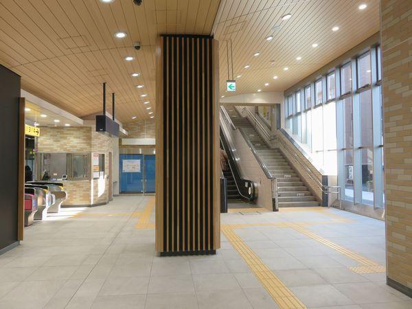 リニューアルされた中央改札内コンコース。左奥のブルーシートが張られた部屋は5月から駅事務室になった。