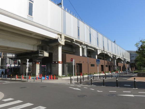 綾瀬駅寄りの高架下では商業施設の再築中