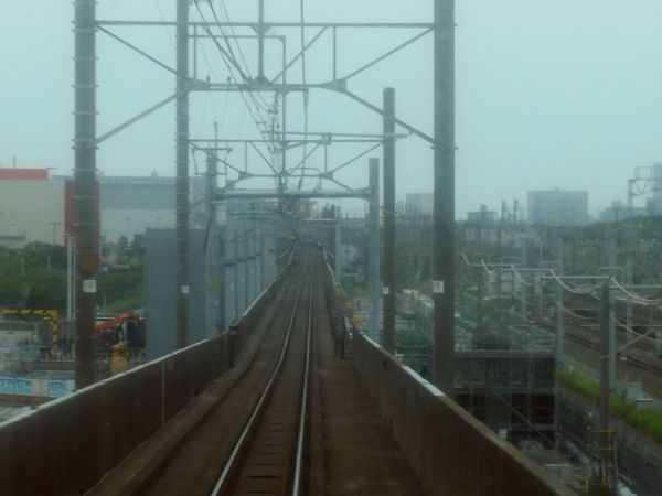 上り列車の前面展望。高架橋の右側で上りホームの構築中。