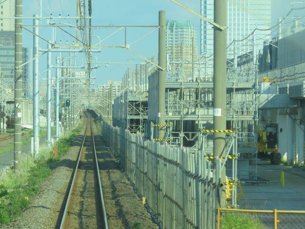 下り列車の前面展望。右側の構築中の上りホームの根元は下りホームの基礎を兼用している。