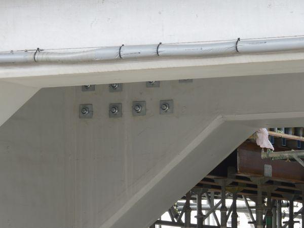 :上りホームを載せる梁は既存の高架橋にアンカーを貫通させて一体化している。