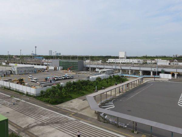 イオンモール3階スカイパークから見た京葉線幕張新駅建設現場。中央奥で駅舎を建設中。
