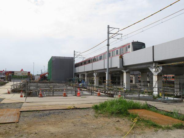 近づいて駅舎の基礎工事を見たところ。手前に改札口ができる。