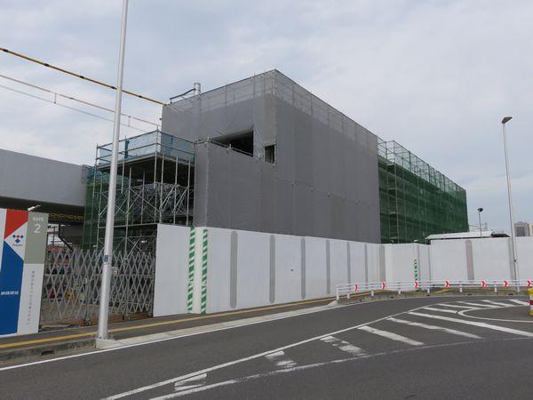 建設中の駅舎を反対側から見たところ。