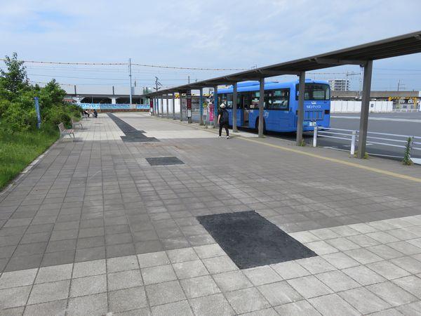 バスターミナル内で行われている水道管の埋設工事