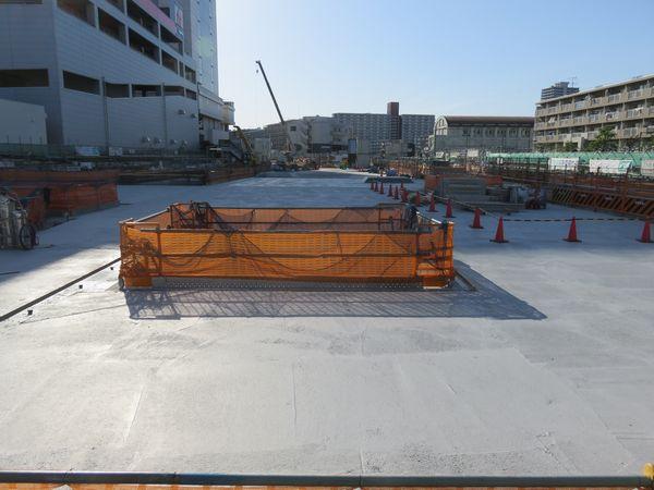 駅中央の地上を交差する丸八通りから中野方面を見る。最上部のトンネル天井部分が完成した。