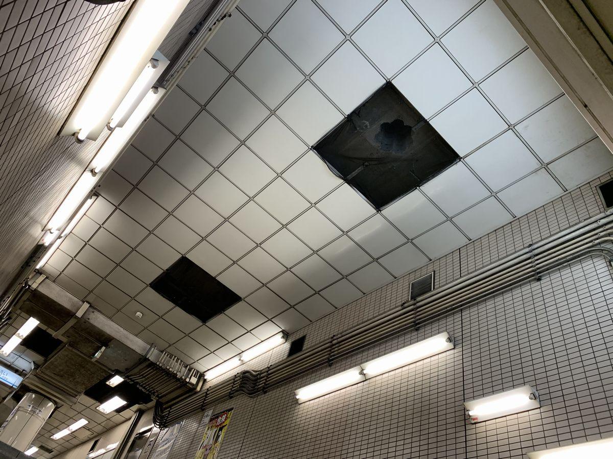 1番出口に通じる階段天井に開けられた穴