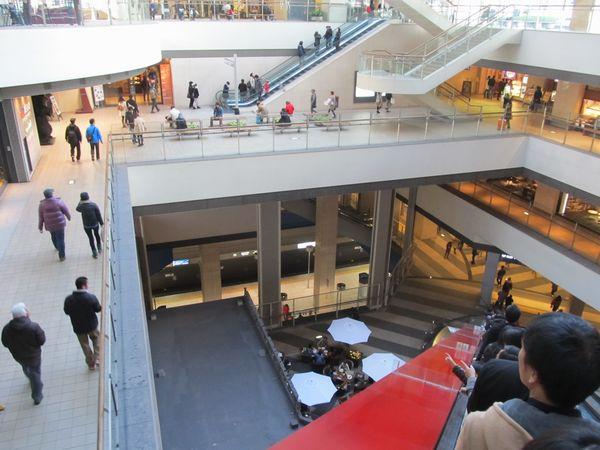 みなとみらい駅はクイーンズスクエア横浜の直下に駅があり、地上まで吹き抜けとなっている。