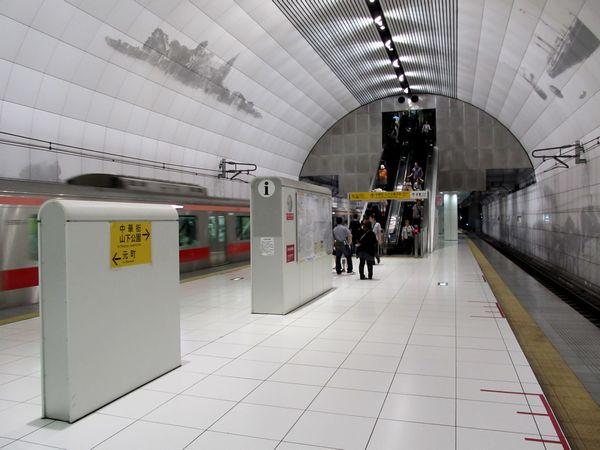 みなとみらい線元町・中華街駅ホーム。天井が高く開放的。