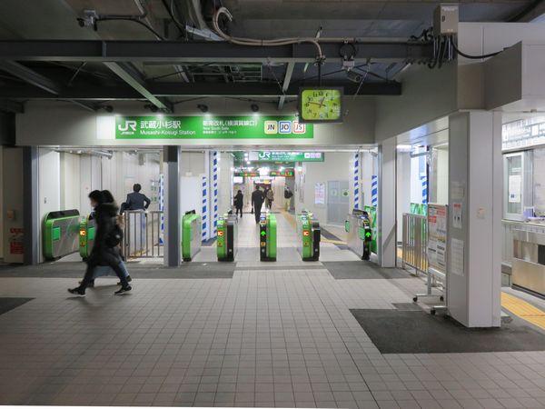 横浜方面に小移動した新南改札