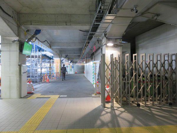 新南改札正面のNEC社員用通用口。右のアコーディオンフェンスの中は入場専用改札口。
