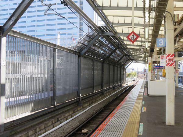 横浜寄りのホーム端では新ホームの屋根まで完成している。