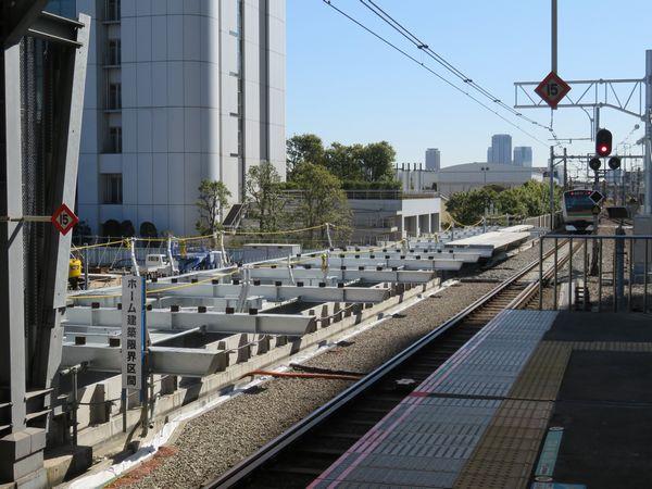 新ホームは横浜寄りにずれるため、現ホームの先でも工事が続く。