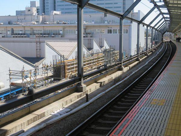 ホーム東京寄りでも新ホームの高架橋の鉄筋組み立てが進む