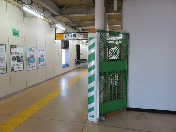 高架下の南武線連絡通路でも内装の撤去準備中
