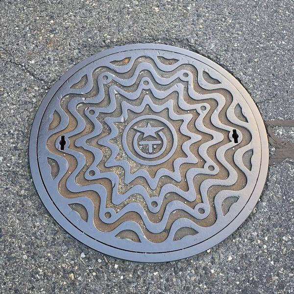 大津市マンホール(幾何学模様)