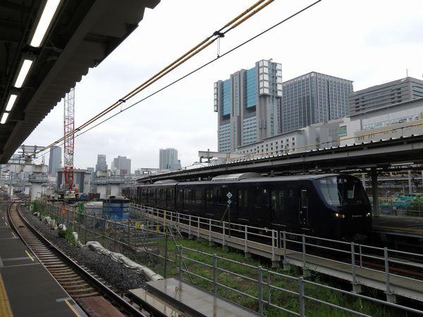 2019年8月23日、相鉄・JR直通線開業に向けた乗務員訓練のため品川駅7番線に乗り入れた相鉄12000系電車。その足下では日本の鉄道史上最も重要となる遺跡が眠りから目覚めようとしていた。