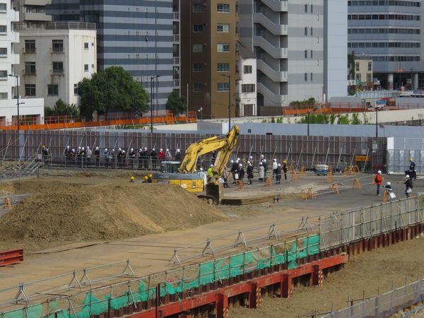 4月10日に開催された高輪築堤4街区見学会の様子(遠景)