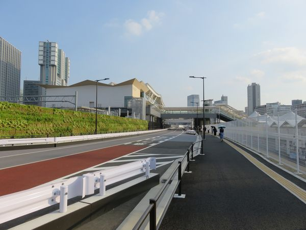 高輪ゲートウェイ駅前のアクセス道路。この下には将来の開発に備えて各種インフラが埋設されている。