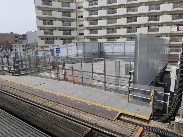 とうきょうスカイツリー駅中央に設置された重機乗り入れ用の仮設スロープ
