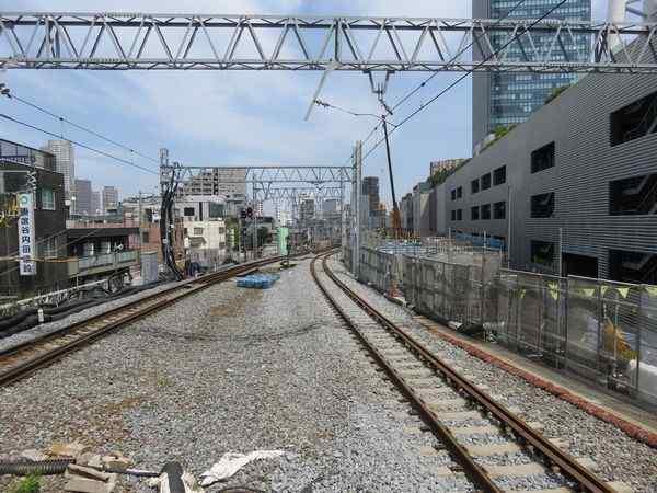 とうきょうスカイツリー駅端から曳舟方面を見る。右側で高架橋の構築作業中。