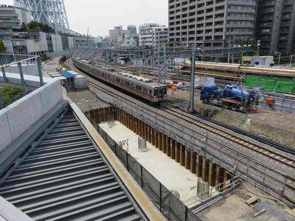 押上駅前自転車駐車場屋上広場から浅草方面を見る。手前では高架橋の基礎工事が行われている。
