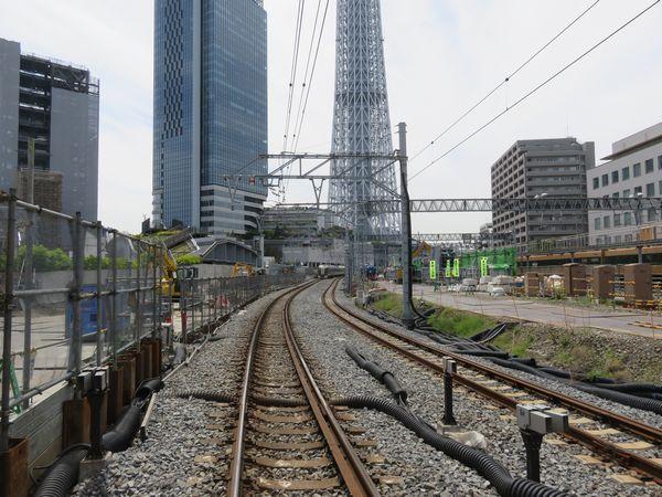 桜橋通りの踏切から浅草方面を見る。左の旧上り線跡地では高架橋の建設が行われている。