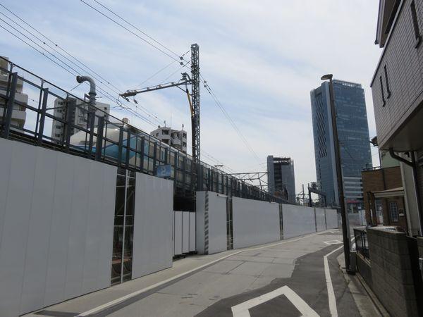 同じ場所から浅草方面を見る。仮設高架橋の始端は今後の仮下り線移設に備えた形状になっている。