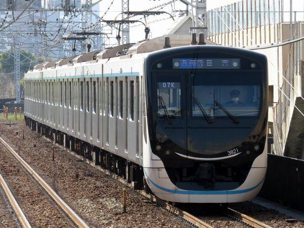 新横浜線開業に向けて新造された目黒線新型車両3020系。現在は中間車2両を抜いて6両編成で運行中。